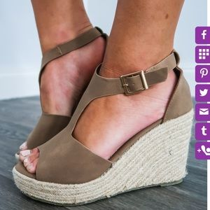 NWT Shop Hopes Live it up taupe wedges 🖤